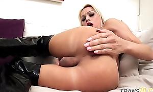 Curvy lingerie ts fingering the brush booty