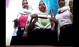 3 Siswi SMP Jilbab Lesbi di Kamar Mandi