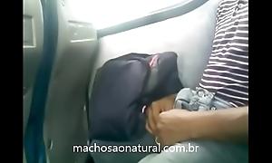 Cara mostrou o pau duro no fundo do bus&atilde_o - machosaonatural.com.br