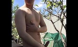 Cởi hết đồ sục bắn trong vườn (Garden wank)