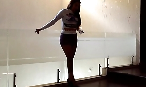 Edecanes de perfil teen. Sesion de fotos con minifalda stretch