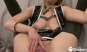 Flexible MILF Widens Say no to Pussy Open