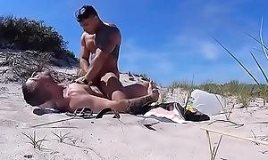 Pega&ccedil_&atilde_o na praia entre machos gostosos