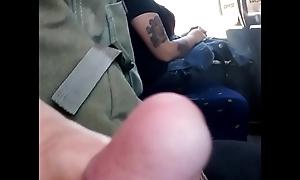 Masturbaci&oacute_n en el bus, me mira .