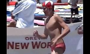 Nadadores de sunga vermelha