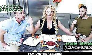 FamilyStrokes - Suitor P&egrave_re Montre Sa Longue Portfolio A Une Ado Erotic