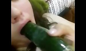 Se mete un pepino en la vagina (Quieres que te sorprenda?)