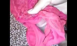 Novinho tarado punhetando a calcinha da irm&atilde_