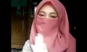 ABG Jilbab Pendatang Baru Show Titit
