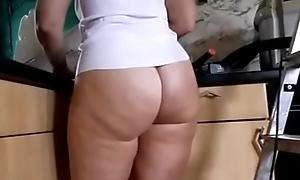 Mam&atilde_e naturista limpando a casa
