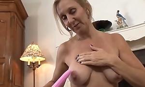 Zierliche Oma mit gro&szlig_en Titten masturbiert und spielt mit ihrem Sextoy